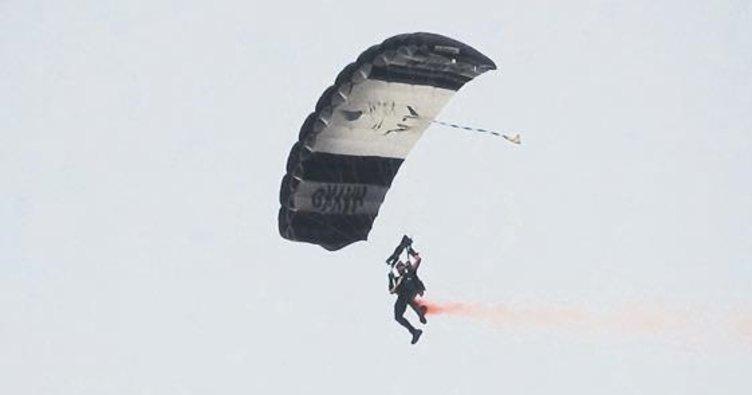 Sahneye paraşütle indi