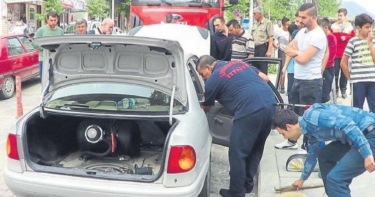 Otomobile giren yılanı bulmak için uğraştılar