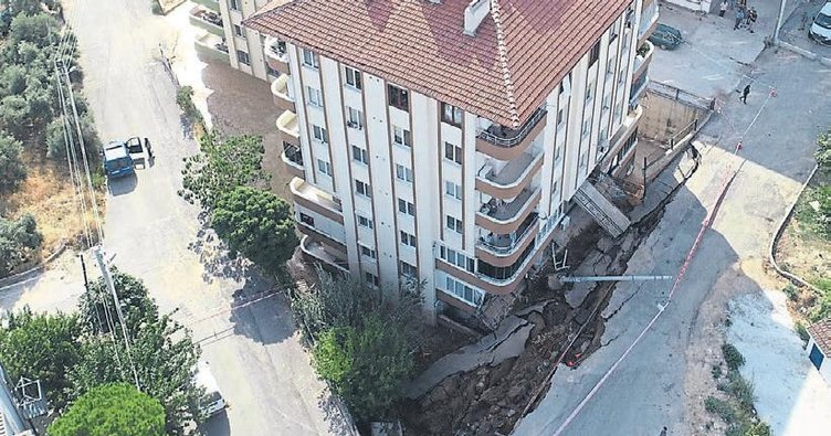 İstinat duvarı çöktü apartman bosaltıldı