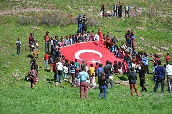 Şemdinli'de halk terörden temizlenen köylere koştu