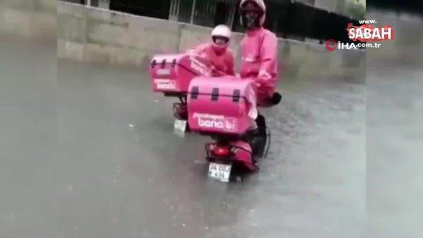 Sağanakta sipariş götüren motosikletli kuryeler suda mahsur kaldı | Video