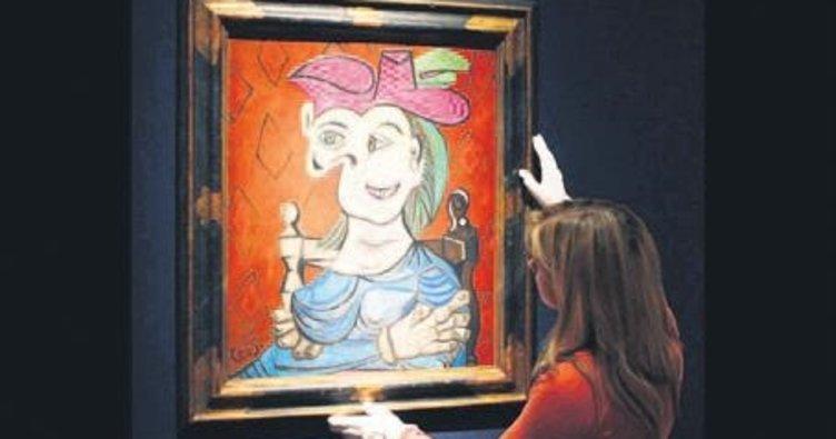 Mavi Elbiseli Oturan Kadın'a servet