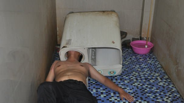 Çamaşır makinesinde sıkıştı