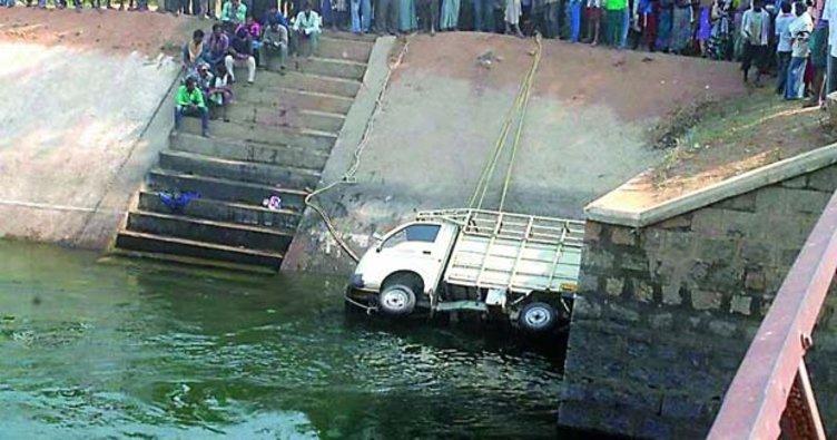 Hindistan'da kamyonet kanala devrildi: 14 ölü