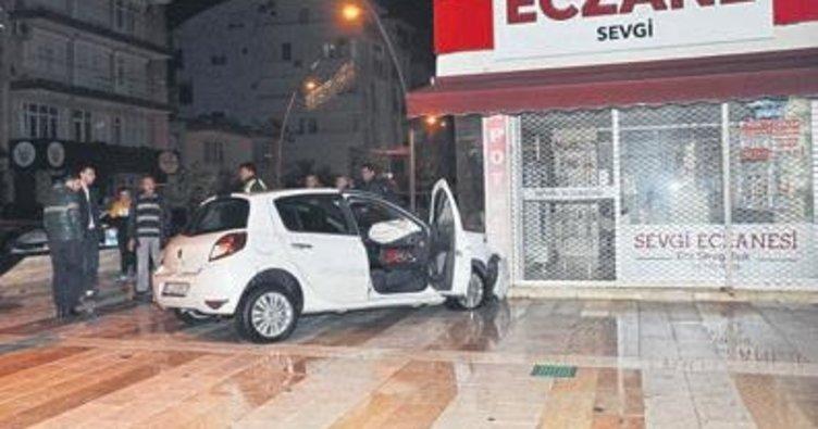 Taksiye çarptı eczaneye girdi