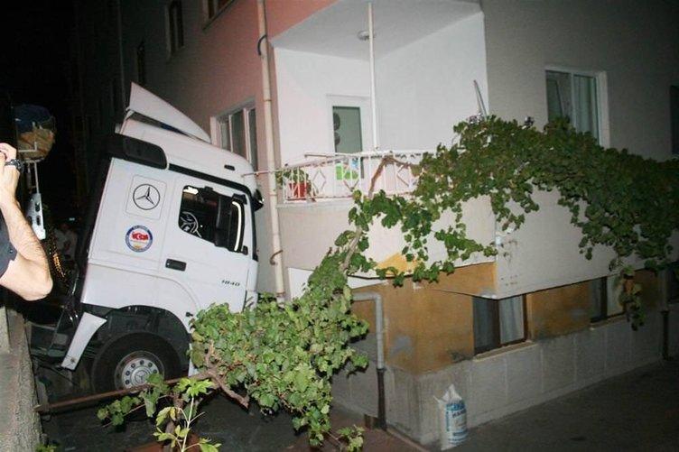 Freni boşalan TIR apartmana çarptı