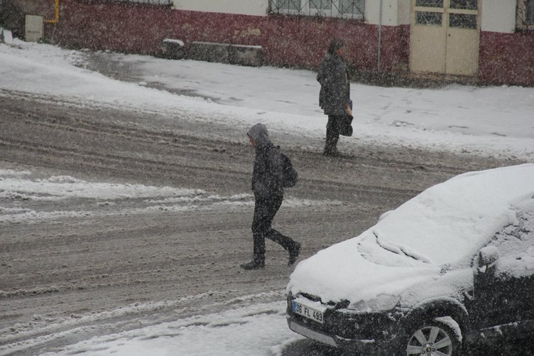 Kars'ta kar kalınlığı 10 cm'yi buldu!