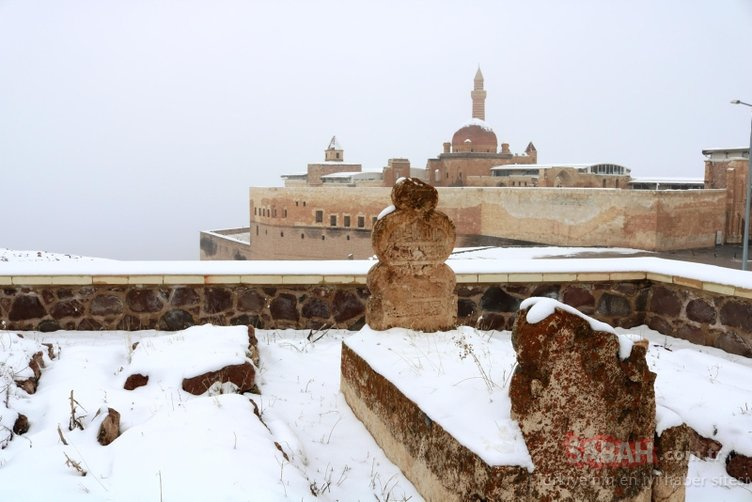 Tarihi İshak Paşa Sarayı beyaza büründü