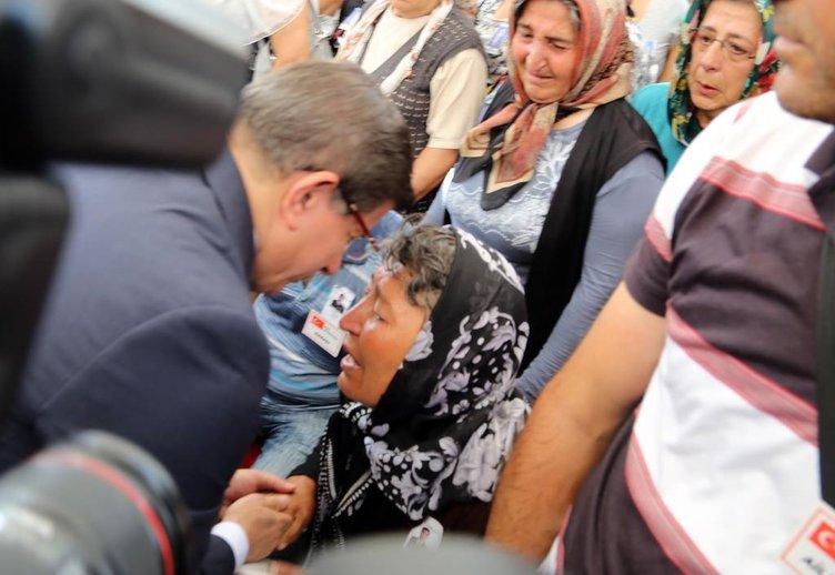 Davutoğlu şehit annesiyle ağladı