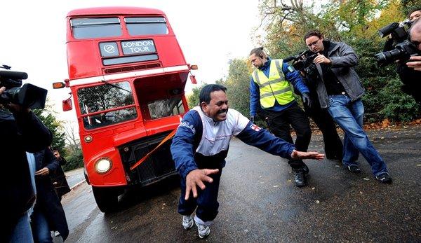 Saçıyla iki katlı otobüsü çekti