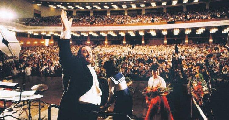 Şimdi mikrofonlarımız Pavarotti'de...