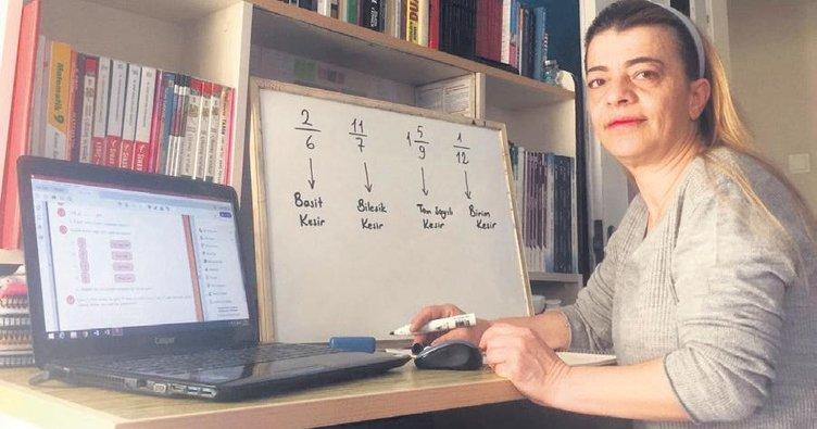 Öğrencileri için özel videolar hazırlayıp ders yapıyor