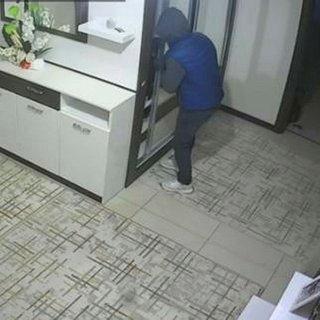 Uyuyan ev sahibini gördü, hırsızlığa devam etti... Rüzgar sesinden korkup kaçtı
