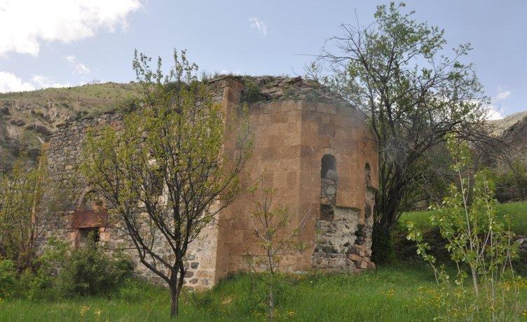 Kilisede altın arayan defineciler, tarihi yapıyı talan etti!