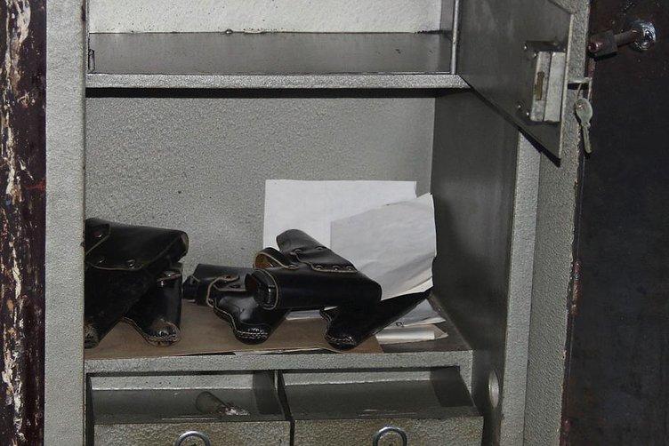 Kullanılmayan bürodaki çelik kasadan tabancalar çıktı