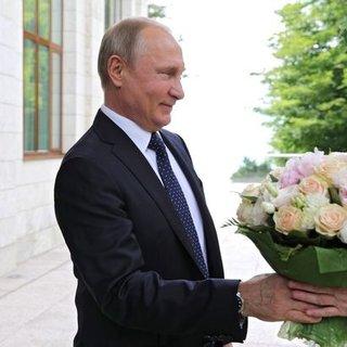Putin Merkel'e çiçek verdi, Alman basını çok kızdı!