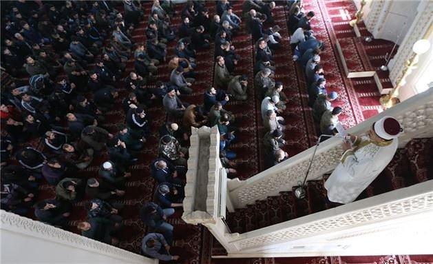 Halk, polis ve asker hep birlikte Cuma namazı kıldılar