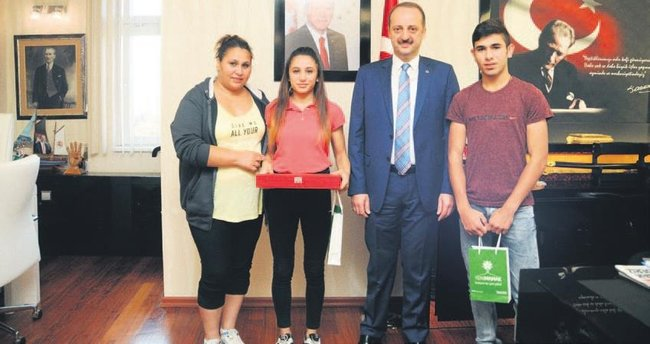 Şampiyon, sevincini Akgül'le paylaştı