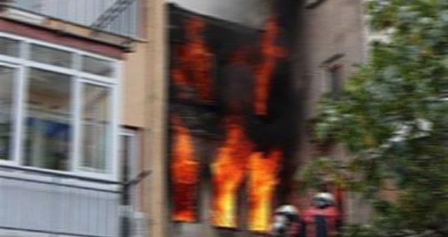 Ataşehir'de alev alev yanan bina mahalleliyi sokağa döktü