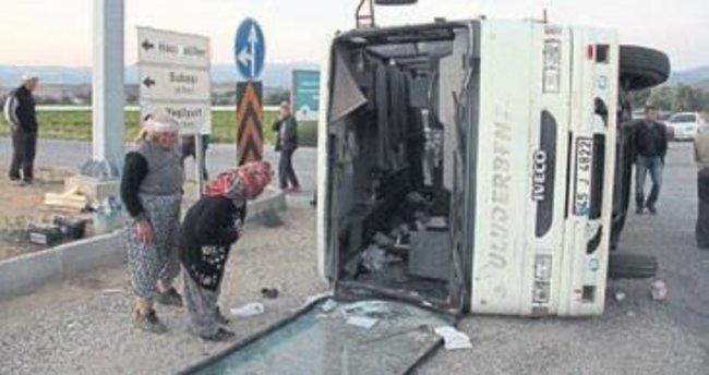 Kamyon minibüse çarptı: 31 yaralı