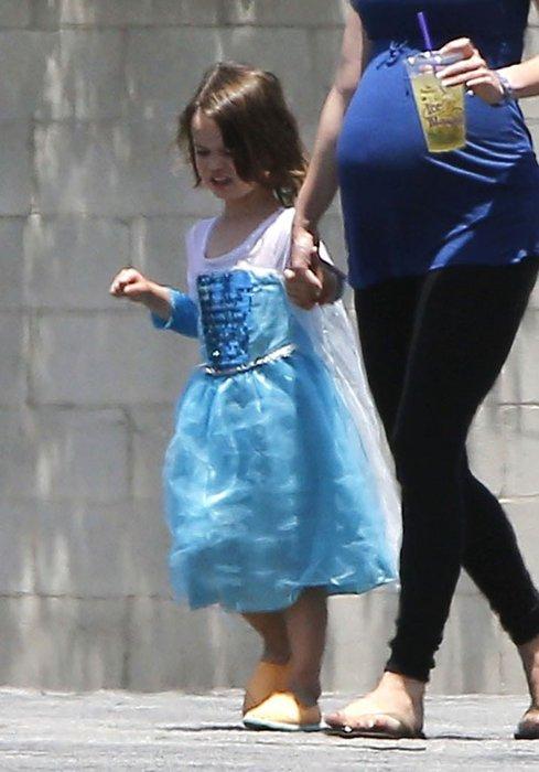 Megan Fox oğluna elbise giydirdi