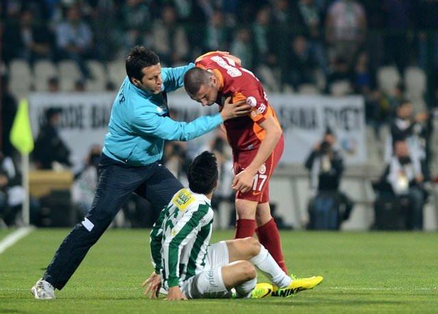 Bursaspor-Galatasaray maçında ortalık karıştı