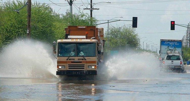 Şiddetli yağışlar hayatı felç etti