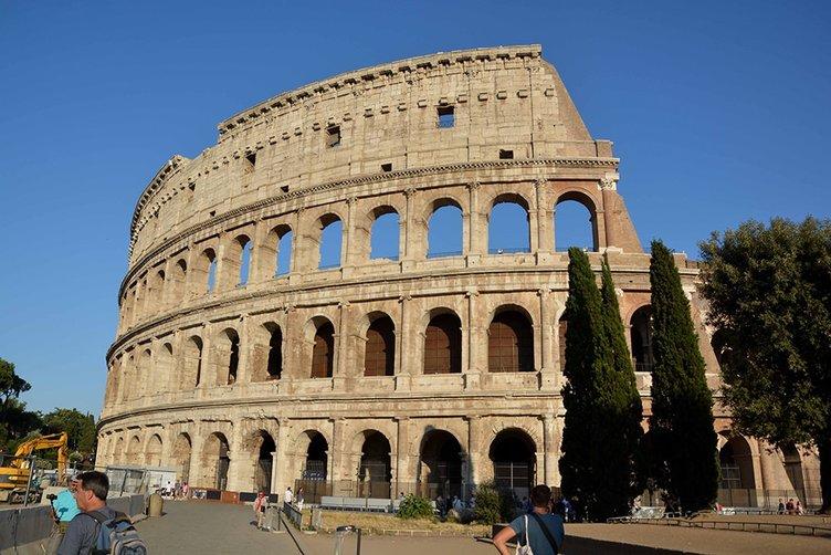 Roma'nın simgesi Kolezyum parlamaya başladı