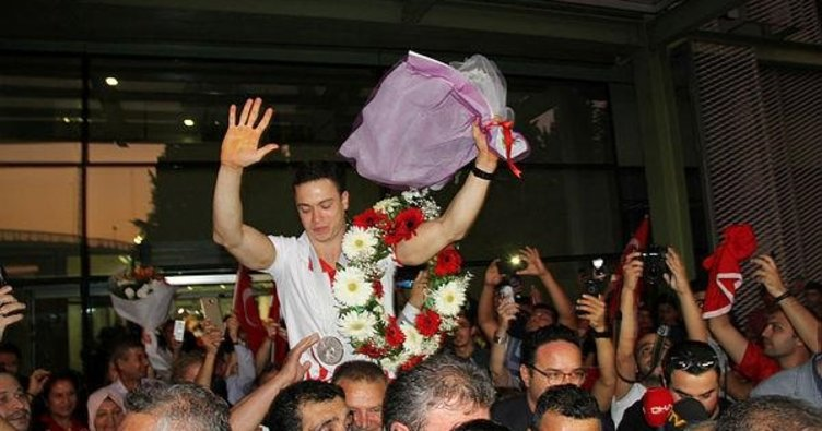 Dünya şampiyonu İbrahim Çolak'a coşkulu karşılama