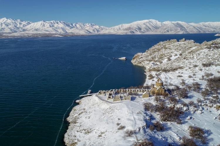 'Beyaz gelinliğini' giyen Akdamar Adası ziyaretçileri büyülüyor