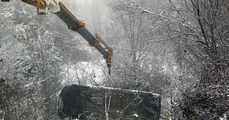Virajı alamayan minibüs 25 metreden uçtu