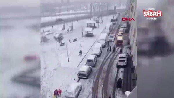 Sokağa çıkma kısıtlamasında kartopu oynayan çocuklar polisten böyle kaçtı | Video