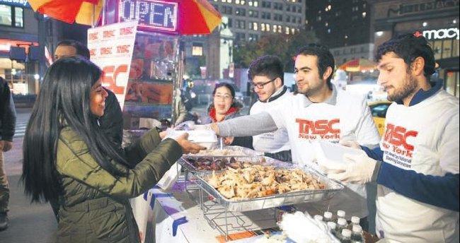 Türkler ABD'de hindi dağıttı