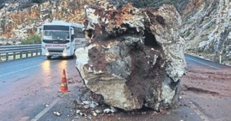 Demre-Kaş yolu kaya ile kapandı