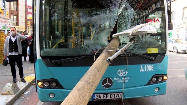 İstanbul'da akılalmaz kaza! Otobüsün camında direk girdi, şoför kıl payı ile ölümden döndü   Video