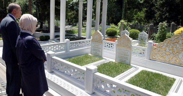 Anne ve babasının mezarlarını ziyaret etti