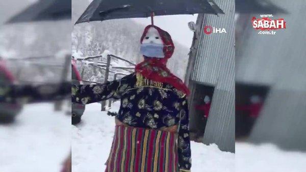 Kastamonu'da yöresel kadın kıyafetleri giydirilen kardan adam kamerada