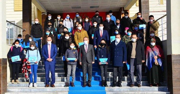 Ardahan'da öğrencilere tablet dağıtıldı