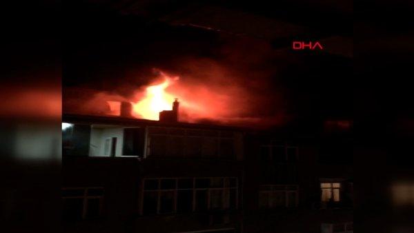 İstanbul Sultangazi'de 4 katlı binanın çatısı alev alev yandı, 3 kişi dumandan etkilendi | Video