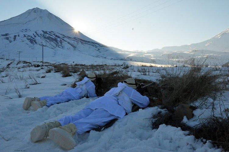 Hudut Kartalları kar kış demeden görevde