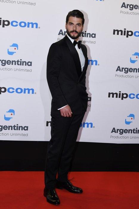 Hercai´nin Reyyan´ı Ebru Şahin Cannes pozlarıyla hayran bıraktı! Ebru Şahin Hercai dizisindeki partneri Akın Akınözü ile Cannes´a damga vurdu!