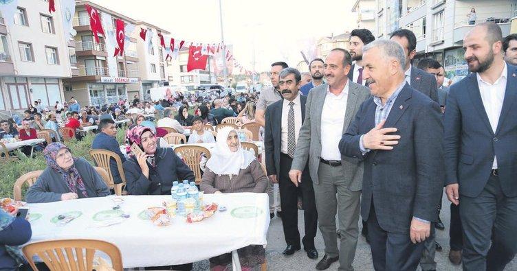 Bakan önce iftar yaptı sonra yol inşaatını denetledi