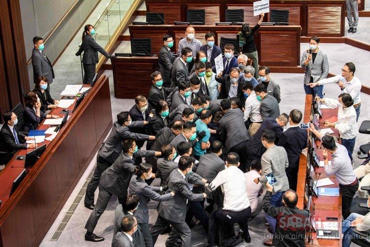Son dakika görüntüleri! Hong Kong'da vekiller birbirine girdi