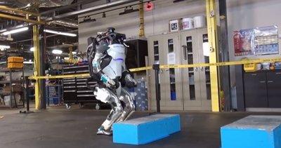 Ters takla atan robot herkesi korkuttu!