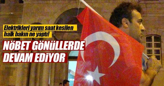 Konya'daki elektrik kesintisi nedeniyle bazı vatandaşlar Valilik önünde toplandı