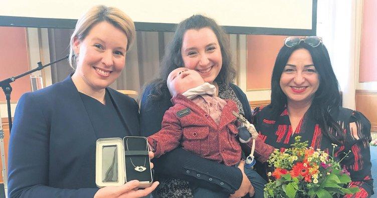 Vefakâr anneye iki bakandan ödül