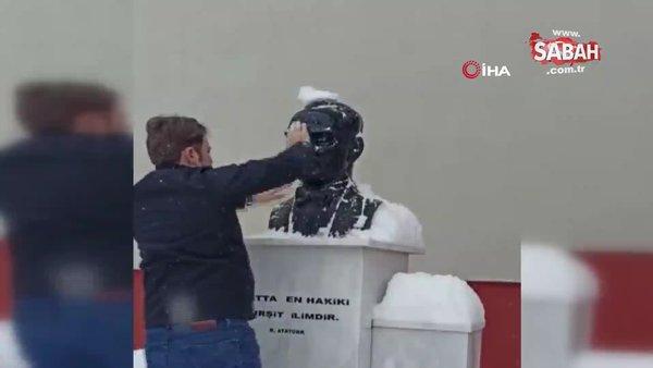 Atatürk büstünün karlarını elleriyle temizledi | Video