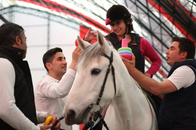 Atlar engellilere terapi oluyor
