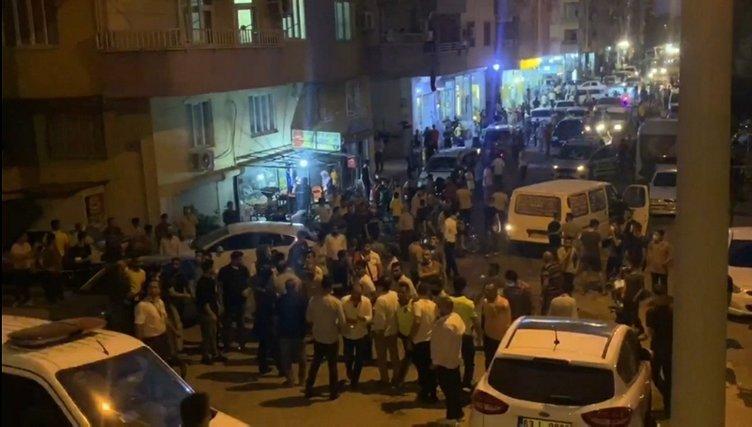 Türk bayrağını indirmeye kalkışan kişiyi, linçten polis kurtardı