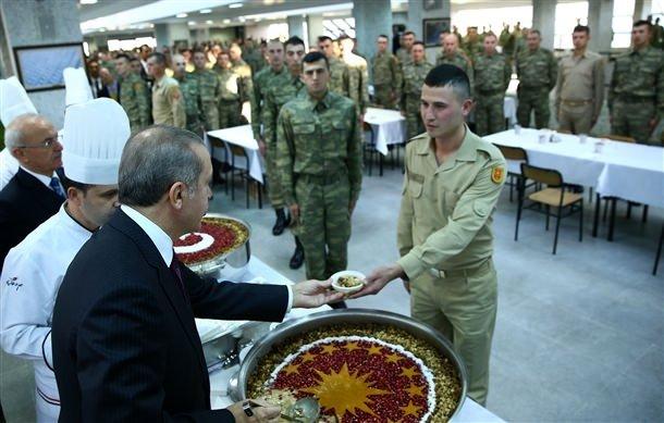 Cumhurbaşkanı Erdoğan askere aşure dağıttı